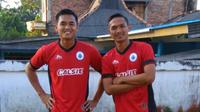 Imam Bagus (kanan) absen melawan Sriwijaya FC karena akumulasi kartu kuning. (Bola.com/Gatot Susetyo)