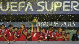 Pemain Bayern Muenchen berselebrasi merayakan Trhopy kemenangan (AFP/Odd Andersen)