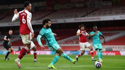 Mohamed Salah sukses menggandakan skor di menit ke-68. Setelah merangsek ke kotak penalti, pemain Mesir itu mampu menaklukkan Bernd Leno lewat sepakan kaki kanan. (Foto: AFP/Pool/Catherine Ivill)