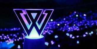 Biasanya saat akan menonton konser idol, biasanya penggemar akan membawa beberapa 'alat perang'. Salah satu benda yang biasa dibawa penggemar adalah lightstick. Ini beberapa light stick grup idol Korea Selatan. (Foto: pinterest.com)