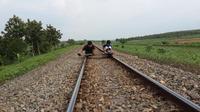Anak-anak bermain lori di jalur kereta api (Liputan6.com / Edhie Prayitno Ige)