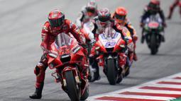 Persaingan sengit terjadi sejak awal balapan. Pecco Bagnaia berhasil menyalip Jorge Martin di lap pertama tikungan 4 dan membuat jarak antarpembalap tak berbeda jauh. (Foto: AP/Steve Wobser)