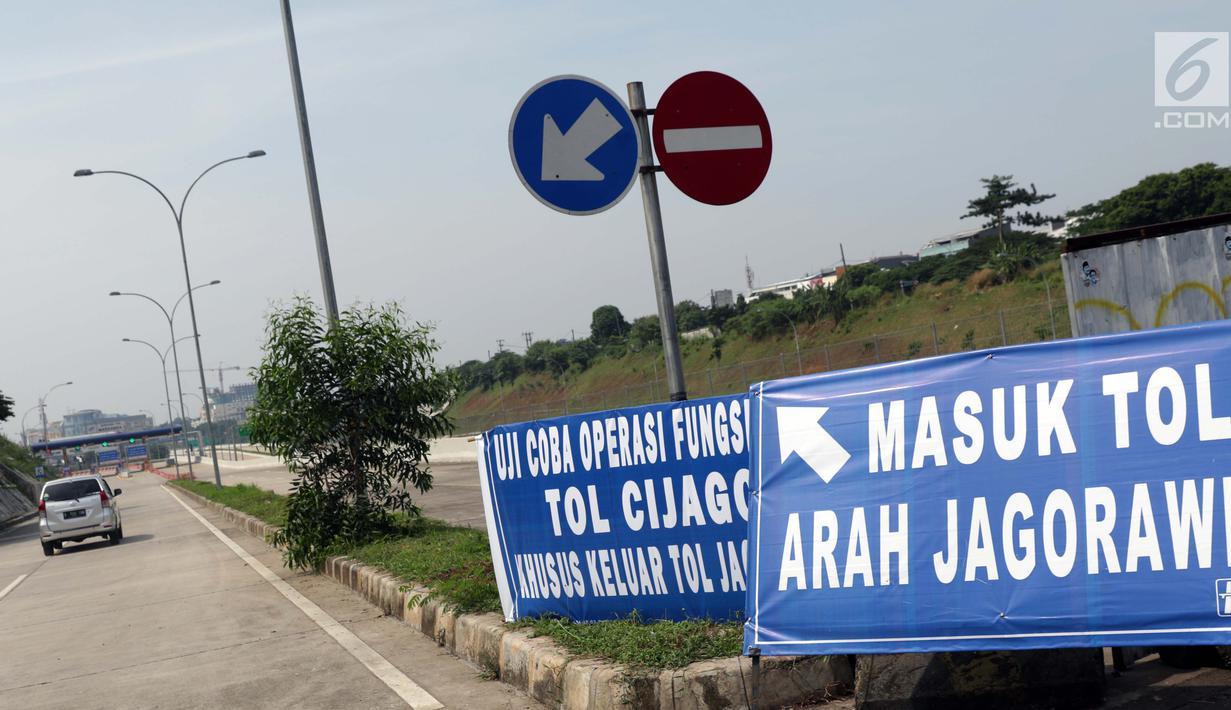 Pengendara memasuki gerbang tol Margonda I, Depok, Jawa Barat, Selasa (4/6/2019). Kementerian PUPR membuka ruas tol Cijago Seksi II secara fungsional dari gerbang tol Cisalak hingga Kukusan I (5,5 KM) hingga 10 Juni 2019 pukul 14.00 WIB. (Liputan6.com/Helmi Fithriansyah)