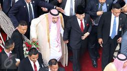 Raja Arab Saudi, Salman bin Abdulaziz Al-Saud berjalan bersama Ketua DPR, Setya Novanto saat mengunjungi MPR/DPR RI, Jakarta, Kamis (2/3). Raja Salman juga melakukan pertemuan dengan tokoh agama di Istana Merdeka, Jakarta. (Liputan6.com/Johan Tallo)