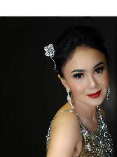 Biasa Natural, Ini 6 Potret Yuni Shara dengan Makeup Bold
