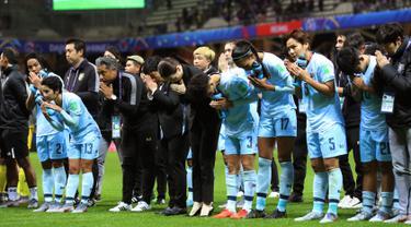Para pemain Thailand menyapa suporter usai pertandingan melawan Amerika Serikat pada grup F Piala Dunia Wanita Prancis 2019 di Stadion Auguste-Delaune di Reims, Prancis (11/6/2019). Amerika Serikat berhasil menang telak atas Thailand dengan skor 13-0. (AFP Photo/Thomas Samson)