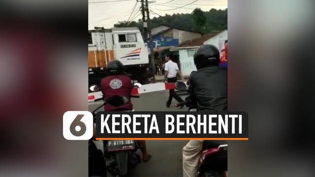 Beredar sebuah video yang menunjukkan petugas turun dari lokomotif di perlintasan sebidang karena membeli makanan. KAI mengatakan berita itu tidak benar dan menjelaskan kronologi sebenarnya.