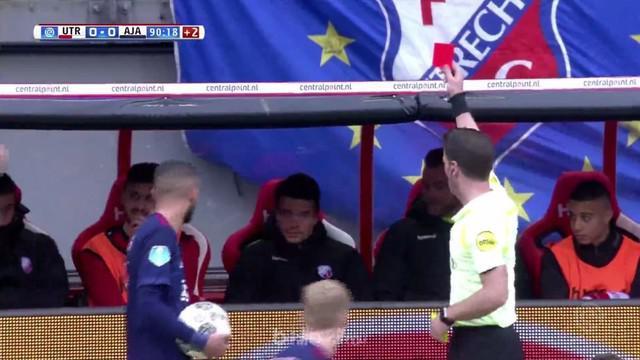 Pemain Utrecht, Luas Gortler mendapatkan kartu merah karena coba mengulur waktu. This video is presented by Ballball.