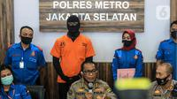 Aktor berinisial DS atau Dwi Sasono saat dirilis terkait kasus kepemilikan narkoba di Polres Metro Jakarta Selatan, Senin (1/6/2020). DS ditangkap pada 26 Mei lalu di rumahnya di kawasan Pondok Labu Jakarta Selatan.  (Liputan6.com/Faizal Fanani)
