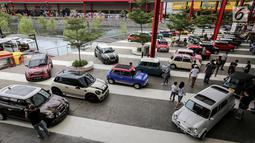 Deretan mobil Mini klasik dan terbaru pada Indonesia Mini Day 2018 di QBig BSD, Tangerang, Sabtu (15/12). Ratusan mobil Mini dari berbagai daerah berkumpul menyambut 60 tahun Mini di 2019. (Liputan6.com/Fery Pradolo)