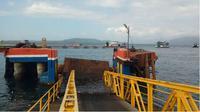 Dermaga Ponton Pelabuhan Ketapang Banyuwangi rusak akibat diterjang ombak besar. (Liputan6.com/Dian Kurniawan)