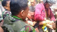 Pelaku penculikan anak, Adrianus Pattian saat berhasil ditangkap warga, Rabu (1/5/2019). (Liputan6.com/Ahmad Akbar Fua)
