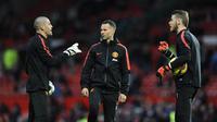 Penjaga gawang Manchester United, Victor Valdes (kiri), mengucapkan salam perpisahan kepada klub. (AFP/Oli Scarff)