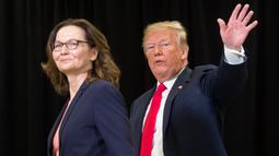 Presiden AS Donald Trump dan Gina Haspel melambaikan tangan seusai pengambilan sumpah sebagai Direktur CIA yang baru di markas CIA, Virginia, Senin (21/5). Haspel menggantikan Mike Pompeo, yang ditunjuk menjadi Menteri Luar Negeri AS (AFP PHOTO/SAUL LOEB)