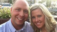Simak kisah sebuah pasangan yang menunggu 9 tahun untuk membuka kado pernikahan.
