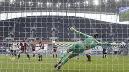 Tim asuhan Jose Mourinho makin unggul 3-0 setelah Lucas Moura menyambar bola liar di menit ke-31. (Foto: AP/Pool/Daniel Leal Olivas)