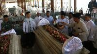 Wakil Bupati (Wabup) Gresik Mohammad Qosim berziarah wali ke Makam Sunan Giri pada Jumat, (6/3/2020). (Foto: Liputan6.com/Dian Kurniawan)