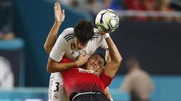 Striker Manchester United, Alexis Sanchez, duel udara dengan bek Real Madrid, Jesus Vallejo, pada laga ICC 2018 di Miami Gardens, Rabu (1/8/2018). Manchester United menang 2-1 atas Real Madrid. (AP/Brynn Anderson)