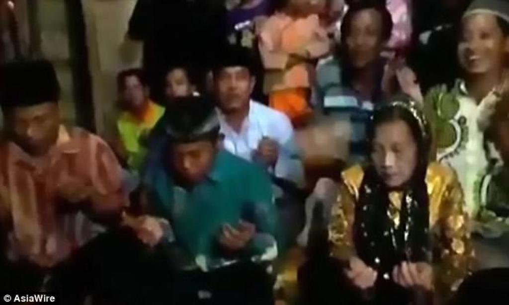 Cinta Mati, Remaja 16 Tahun Minta Dinikahi Nenek Berusia 71 Tahun. (Foto: AsiaWire)