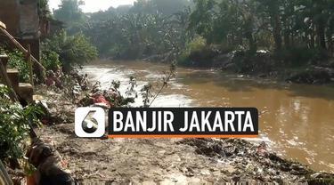 Banjir kiriman akibat hujan deras semalam melanda wilayah Pejaten Timur Jakarta Selatan. Warga dan petugas PPSU sejak pagi membersihkan lumpur akibat banjir di permukiman.