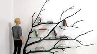 Sebastian Errazuriz, seorang seniman asal Chili mengubah sebatang pohon tumbang menjadi sebuah rak buku yang unik.