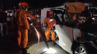 Tim SAR Bandung mengevakuasi korban kecelakaan lalu lintas di Jalan Raya Bandung Garut, Selasa (24/9/2019) dini hari. (Liputan6.com/Huyogo Simbolon)