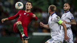 Striker Portugal, Cristiano Ronaldo, mengontrol bola saat melawan Luksemburg pada laga Kualifikasi Piala Eropa 2020 di Stadion Jose Alvalade, Lisbon, Sabtu (11/10). Portugal menang 3-0 atas Luksemburg. (AFP/Carlos Costa)