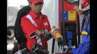 Sejumlah kendaraan sedang mengantri BBM di SPBU Cikini. Presiden Jokowi mengumumkan penurunan harga BBM bersubsidi jenis Premium dan Solar, Jumat (16/1/2015) dari Rp. 7.600 menjadi Rp 6.600/liter, dan solar Rp 6.400/liter. (Liputan6.com/Herman Zakharia)