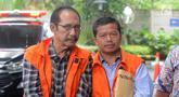 Hakim PN Jakarta Selatan nonaktif Iswahyu Widodo (kiri) dan Kepala Bidang SMP Dinas Pendidikan Kabupaten Cianjur Rosidin tiba di Gedung KPK, Jakarta, Jumat (22/2). Keduanya akan menjalani pemeriksaan lanjutan oleh penyidik KPK. (Merdeka.com/Dwi Narwoko)