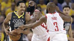 Pemain Warriors, Shaun Livingston (kiri) mencoba melewati kepungan pemain Rockets pada gim keempat final NBA basketball Wilayah Barat di Oracle Arena, Oakland (22/5/2018). Rockets menang 95-92. (AP/Marcio Jose Sanchez)