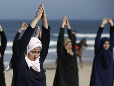 Melihat Wanita Palestina Berlatih Yoga di Pantai
