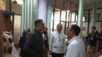Gubernur Jawa Barat Ridwan Kamil meninjau ruang instalasi gawat darurat Rumah Sakit Hasan Sadikin (IGD RSHS) Bandung, Rabu, 12 Februari 2020, untuk mengantisipasi penanganan paparan corona virus desease (Covid)-19. (Foto: Arie Nugraha)