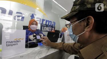 Nasabah Mandiri Taspen bertransaksi di loket Kimia Farma di Bandung, Jawa Barat (03/9/2021). Bank Mandiri Taspen dan Kimia Farma Diagnostika bekerjasama meliputi pemeriksaan laboratorium dan pemeriksaan dokter klinik khusus untuk nasabah. (Liputan6.com/HO/Mandiri Taspen)