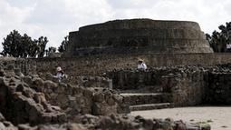 Sejumlah awak media melakukan tur di reruntuhan pra Hispanik dari Zultepec - Tocoaque terletak di Mexico City, Meksiko, (18/11/2015). Para Arkeolog menemukan sebuah penemuan tentang peradaban suku Aztec. (REUTERS/Henry Romero)