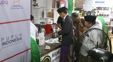 Presiden Jokowi mengambil minuman di Pondok Pesantren Miftahul Huda, Tasikmalaya, Jawa Barat, Rabu (27/2). Kedatangan Jokowi merupakan bagian dari rangkaian Penyaluran KUR Ketahanan pangan dan aksi ekonomi untuk rakyat. (Liputan6.com/Angga Yuniar)