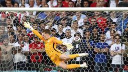 Dan untuk pertama kalinya gawang Timnas Inggris yang dijaga oleh Jordan Pickford kebobolan oleh tendangan bebas Mikkel Damsgaard. (Foto: AP/Pool/Andy Rain)