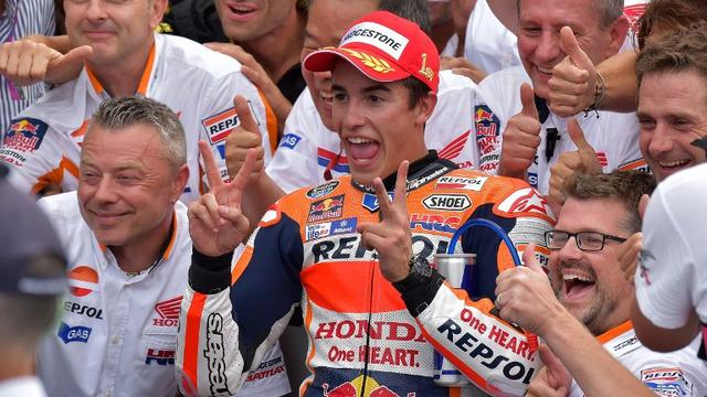 Hujan yang sempat turun di sirkuit Misano pada MotoGP San Marino membuat para pebalap melakukan pergantian strategi secara mendadak. Marc Marquez berhasil menjadi juara namun Jorge Lorenzo gagal finis karena terjatuh.