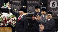 Ketua MPR RI periode 2019-2024 Bambang Soesatyo mengangkat palu saat Rapat Paripurna MPR di kompleks parlemen, Jakarta, Kamis (3/10/2019). Bambang Soesatyo menjadi Ketua MPR secara aklamasi setelah Fraksi Gerindra di MPR menyatakan sepakat mendukung mantan Ketua DPR. (Liputan6.com/Johan Tallo)