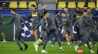 Para pemain Inter melakukan pemanasan saat sesi latihan tim di Dortmund, Jerman Barat (4/11/2019). Inter Milan akan bertanding  melawan Borussia Dortmund pada pertandingan lanjutan Grup F Liga Champions di Signal Iduna Park. (AFP Photo/Ina Fassbender)