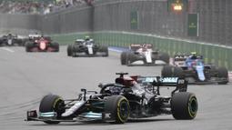 Lewis Hamilton tampil dengan strategi yang tepat yang mengantarkannya ke podium juara. Dia unggul jauh 53,271 detik atas Max Verstappen yang finis kedua. (AFP/Alexander Nemenov)