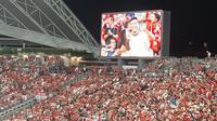 Dua suporter Manchester United yang mencuri perhatian pada saat jeda pertandingan. (Bola.com/Aditya Wicaksono)