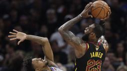 Pebasket Cleveland Cavaliers, LeBron James, berusaha melewati pebasket Golden State Warriors, Nick Young, pada final NBA di Quicken Loans Arena, Ohio, Jumat (8/6/2018). Warriors juara setelah menang 4-0 atas Cavaliers. (AFP/Tony Dejak)