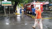 Petugas dari Pemprov DKI melakukan pembersihan usai banjir menggenang kawasan Menteng. (Merdeka.com)