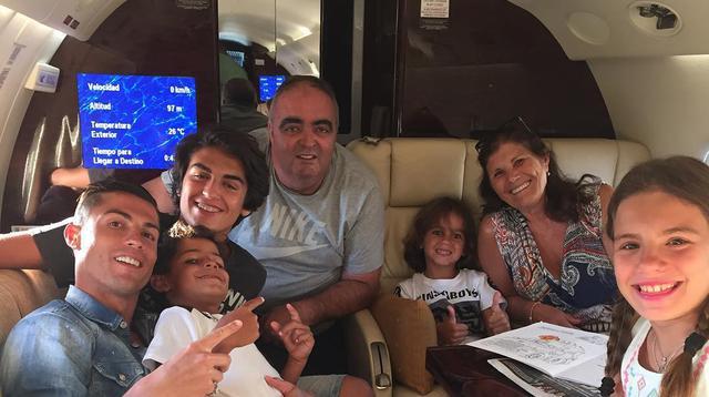 Cristiano Ronaldo di dalam pesawat jet pribadi bersama keluarganya | foto : instagram