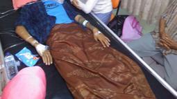 Seorang pria korban minuman keras buatan atau miras oplasan mendapat perawatan di rumah sakit di Cicalengka, Jawa Barat (11/4). Tingginya korban membuat Pemerintah Kabupaten Bandung menetapkan status kejadian luar biasa. (Liputan6.com/Pool/Polda Jabar)