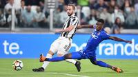 Pemain Juventus, Gonzalo Higuain (kiri) melepaskan tembakan melewati adangan pemain Bologna, Ibrahima Mbaye pada lanjutan Serie A di Allianz Stadium, Turin, (5/5/2018). Juventus menang 3-1. (Alessandro Di Marco/ANSA via AP)