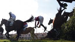 Seorang joki bernama Rachael Blackmore terlempar dari kudanya saat mengikuti pacuan kuda Grand National di Aintree Racecourse di Liverpool, Inggris (14/4). Rachael Blackmore juga hampir terinjak oleh peserta lainnya. (AFP/Paul Ellis)
