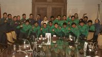 Para pemain Timnas Futsal Indonesia U-20 foto bersama pengurus Federasi Futsal Indonesia usai mengadakan pertemuan di Jakarta, Selasa (23/5/2017). (Bola.com/Vitalis Yogi Trisna)