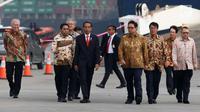 Presiden Jokowi (tiga kiri) saat meninjau pelepasan ekspor perdana Mitsubishi Xpander di Cilincing, Jakarta, Rabu (25/4). Jokowi didampingi Menperin Airlangga Hartarto, Seskab Pramono Anung, dan Mendag Enggartiasto Lukita. (Liputan6.com/Angga Yuniar)