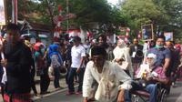 Beberapa staf KPUD Selayar, Sulsel tampak peragakan sebagai penyandang disabilitas mengajak partisipasi masyarakat dalam Pilkada Serentak 2018 (Liputan6.com/ Eka Hakim)